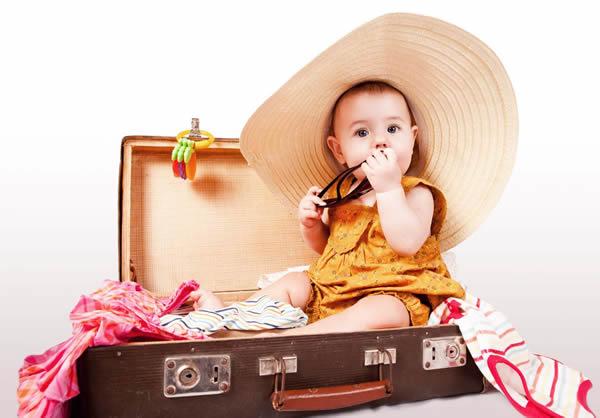 Bebé dentro de una maleta